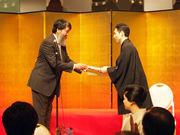 財団賞贈呈式の様子(藤本理事長、松永忠次郎さん)